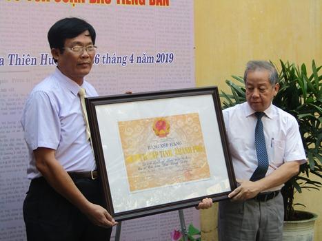 Ông Phan Ngọc Thọ trao bằng công nhận trụ sở báo Tiếng Dân là di tíchlịch sử cấp tỉnh. Ảnh: A.K