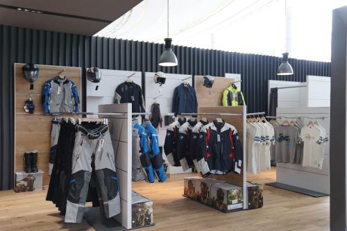 Khu vực trang phục, phụ kiện với nhiều dòng sản phẩm đa dạng.