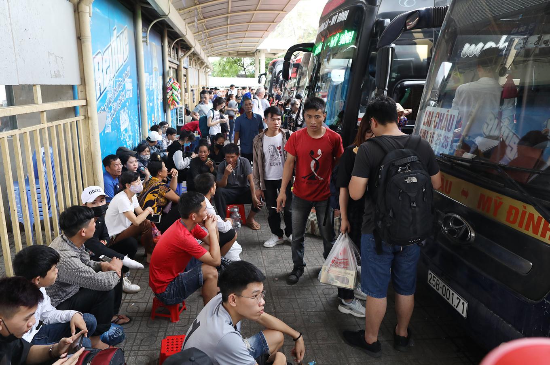 Cửa ngõ Sài Gòn, Hà Nội tê liệt vì người dân nghỉ lễ