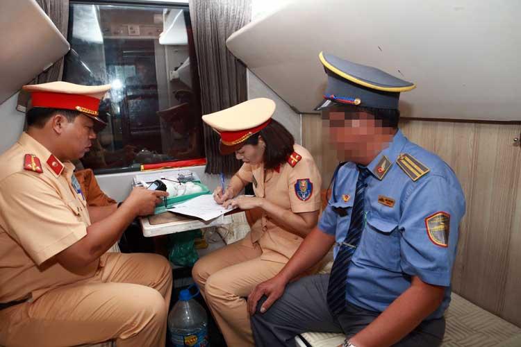 Tổ công tác lập biên bản với trưởng đoàn tàu. Ảnh: Nguyễn Tuân