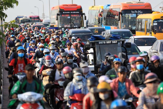 Người dân cuốc bộ vào Bến xe miền Đông vì tắc đường