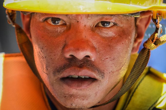 Công nhân metro Sài Gòn phơi mình thi công dưới nắng nóng