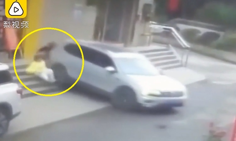 Nhầm chân ga, tài xế lùi trúng hai người đi bộ