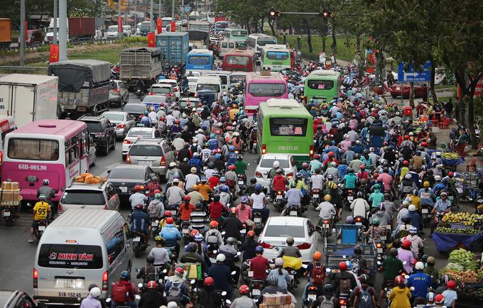 Cửa ngõ miền Tây Sài Gòn kẹt cứng dòng người về quê nghỉ lễ