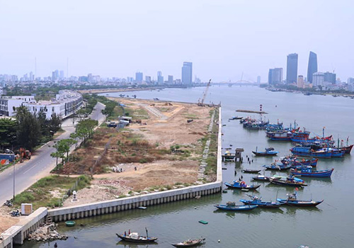 Trên sông Hàn đang có nhiều dự án lấn sông được triển khai. Ảnh: Nguyễn Đông.