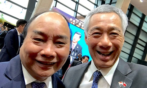 Thủ tướng Nguyễn Xuân Phúc và Thủ tướng Lý Hiển Longchụp wefie bên lề diễn đàn Vành đai Con đường tại Bắc Kinh. Ảnh: Facebook.