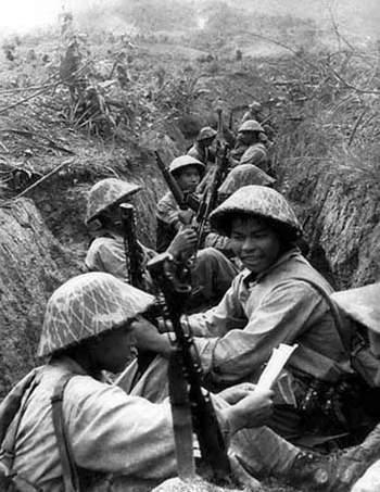 Chiến sĩ Điện Biên dưới chiến hào. Ảnh tư liệu