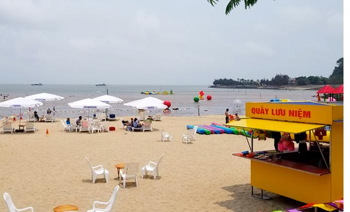 Khu 2, nơi được đánh giá đông khách nhất ở biển Đồ Sơn. Ảnh: Giang Chinh