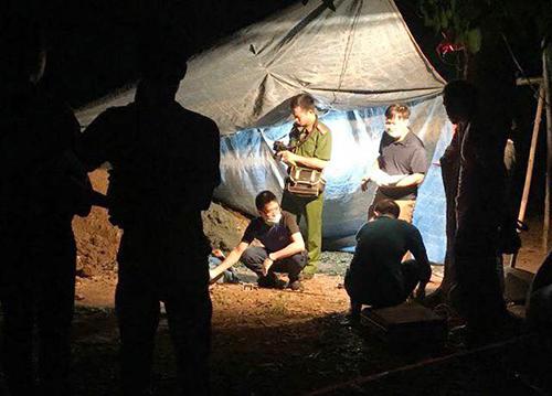 Cảnh sát khám nghiệm hiện trường vụ án mạng. Ảnh: Văn Thanh.