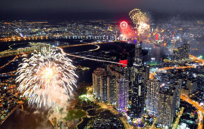 Pháo hoa sáng rực trời Sài Gòn