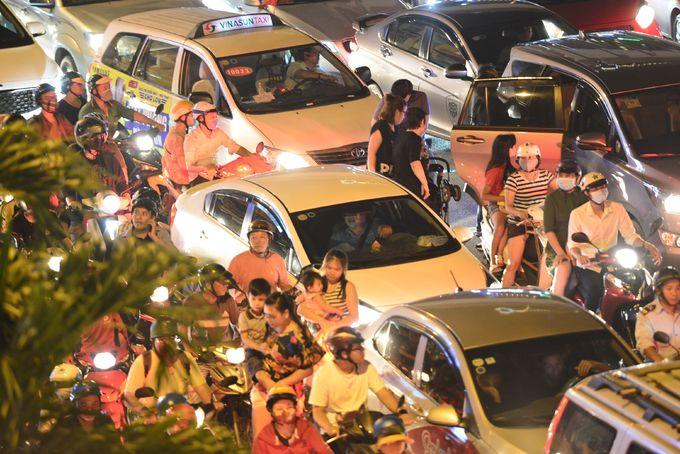 Đường Sài Gòn kẹt cứng trước giờ bắn pháo hoa