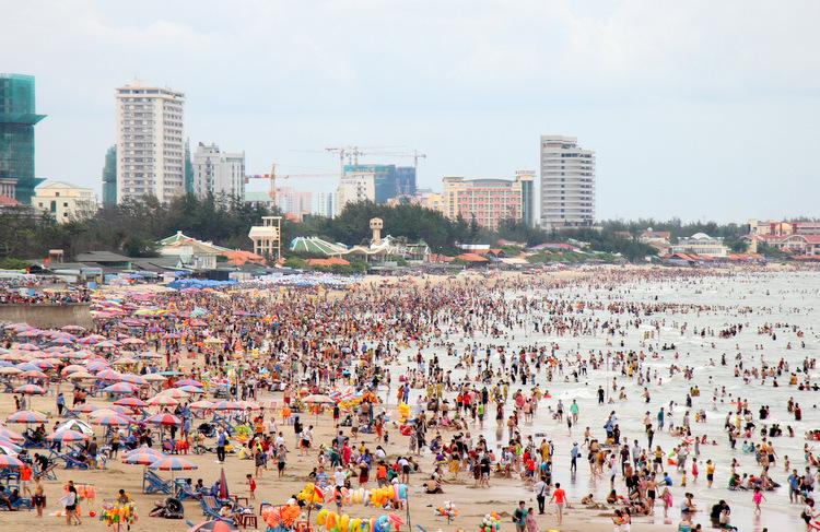 Những ngày lễ, Bãi Sau TP Vũng Tàu đông đúc người tắm sau 4 giờ chiều. Ảnh: Nguyễn Khoa.