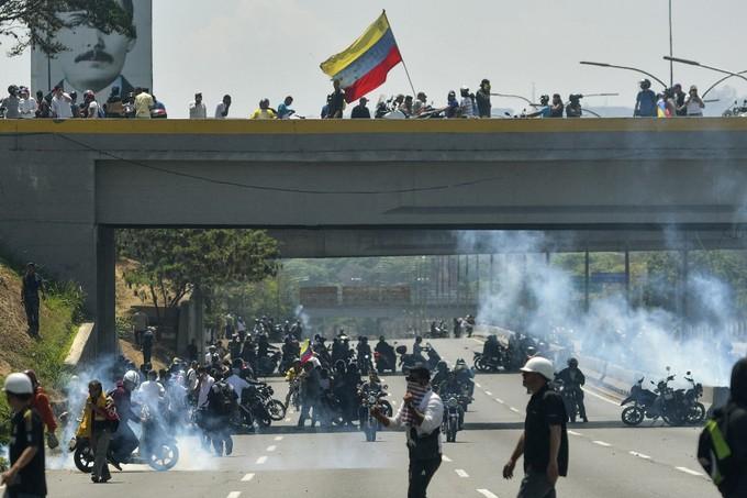 Người biểu tình ném hơi cay, quân đội Venezuela điều xe bọc thép đối phó