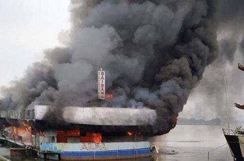 Đám cháy bao trùn toàn bộ du thuyền. Ảnh: Hải Đăng