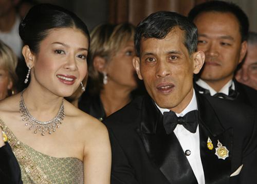 Nhà vua Vajiralongkorn và người vợ thứ baSrirasmi. Ảnh: Weekly Standard