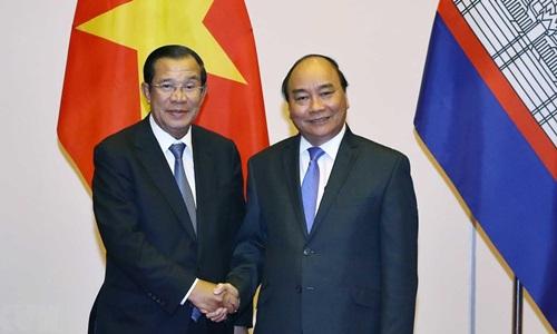 Thủ tướng Nguyễn Xuân Phúc (phải) tiếp Thủ tướng Campuchia Hun Sen chiều nay. Ảnh: TTXVN.