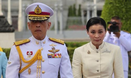 Hành trình từ tiếp viên hàng không tới Hoàng hậu của nữ tướng Thái Lan