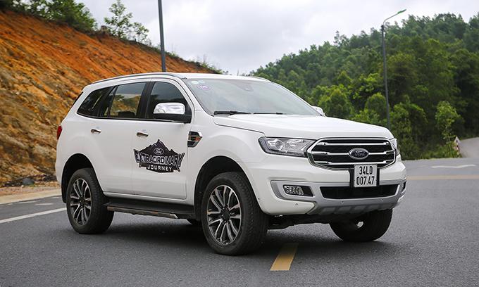 Ford Everest Bi-Turbo 2019 không nhiều khác biệt ở diện mạo so với các phiên bản còn lại.
