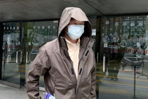 Yuen Ming-kuen rời tòa án sau phiên xét xử. Ảnh: Jasmine Siu.