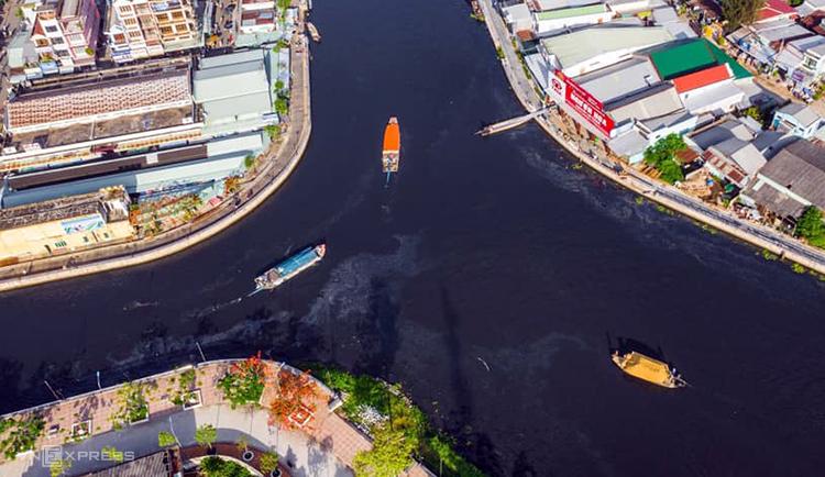 Sông Cái Lớn tại trung tâm thị xãLong Mỹ sáng 3/5. Ảnh: Thuận An.