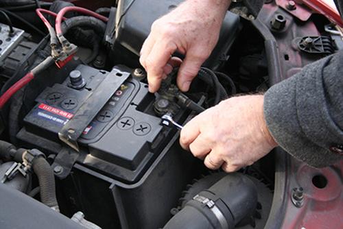 Nên vệ sinh các điện cực trước khi nghĩ đến việc thay thế ắc-quy. Ảnh: Driver knowledge