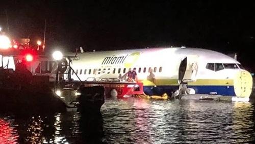 Boeing 737 chở 136 người lao xuống sông ở Mỹ