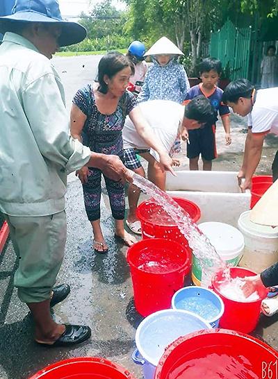 Nhà máy nước huy động xe bồn chở nước sạch cung cấp cho dân thị xãLong Mỹ. Ảnh: Thuận An.