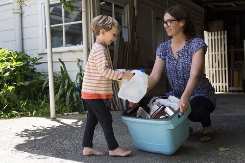 Phụ huynh nên để trẻ tham gia làm việc nhà và giúp đỡ người khác trong phạm vi khả năng của mình. Ảnh: Getty Images