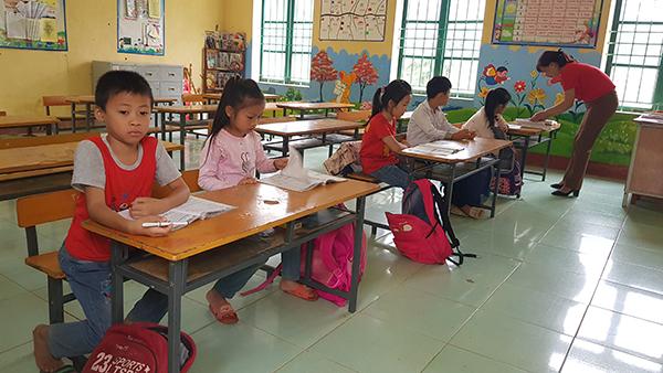 Các lớp ở trường Tiểu học Đồng Lương sáng nay đều thưa thớt học trò. Lớp 2B, chỉ có 5 em đi học. Ảnh: Lê Hoàng.