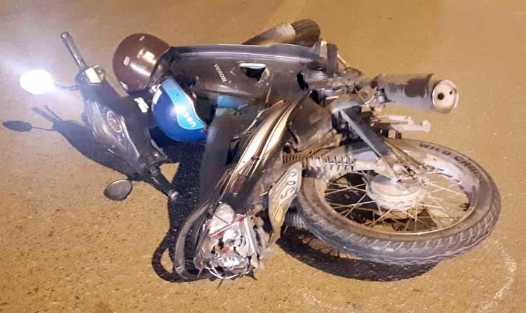 Chiếc xe máy của nạn nhân bị hư hỏng nặng phần đuôi. Ảnh: Phương Sơn