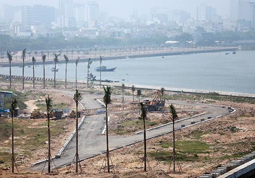 Dự án lấn sông Marina Complex dù đã tạm dừng nhưng nhiều cây xanh đã được trồng. Ảnh: Nguyễn Đông.