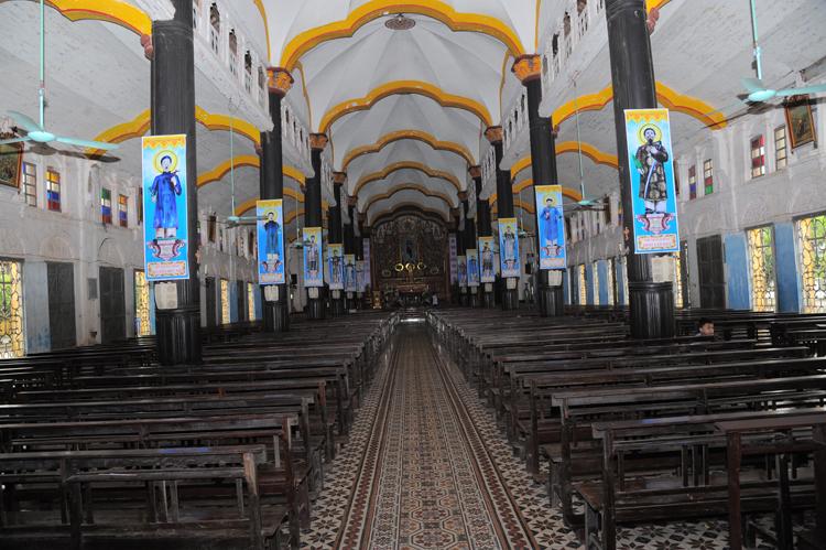 Bên trong nhà thờ Bùi Chu. Ảnh: Nguyễn Văn Học.