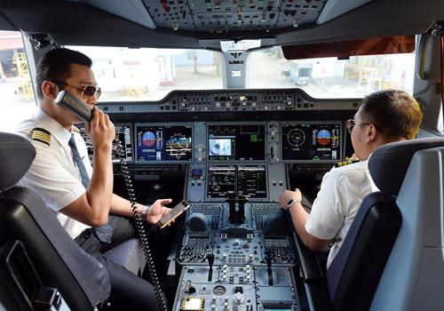 Chính sách lương thưởng là vấn đề chủ chốt để các hãng thu hút người giỏi, trong bối cảnh thị trường hàng không Việt khan hiếm phi công.