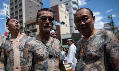 Các thành viên yakuza khoe hình xăm tại một lễ hội ở Tokyo, Nhật Bản. Ảnh: AFP.