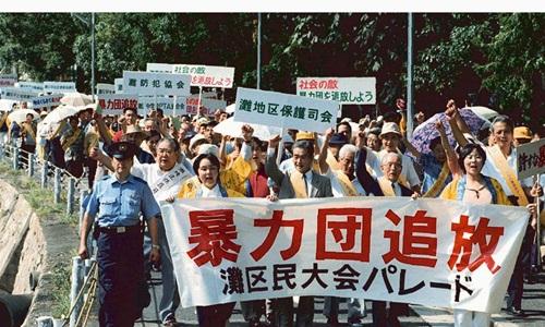 Người dân thành phố Kobe tham gia một cuộc biểu tình phản đối băng  đảng yakuza lớn nhất Nhật Bản Yamaguchi-gumi ở gần trụ sở băng này.  Ảnh: Reuters.