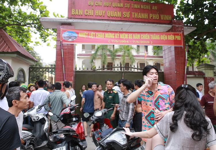 Hàng trăm phụ huynh lo lắng đợi đón con. Ảnh: Nguyễn Hải.
