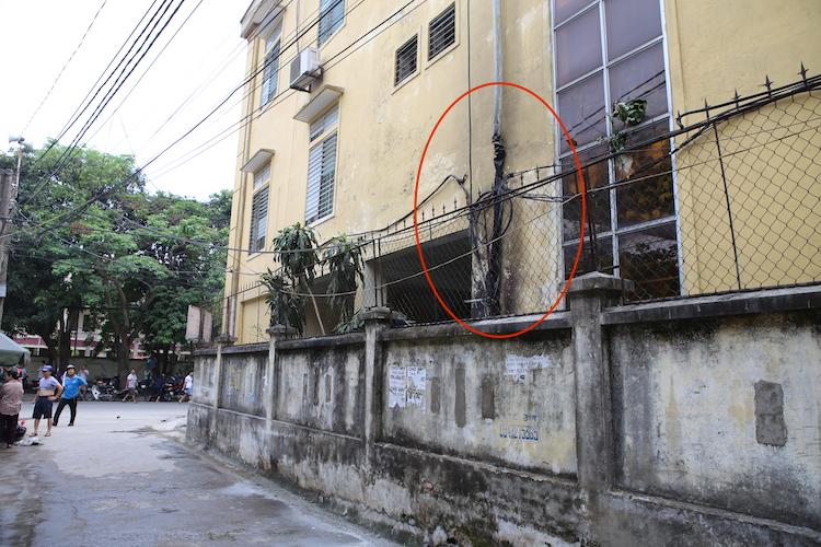 Cuộn dây điện nơi phát ra tiếng nổ trước khi lửa bùng cháy (vòng tròn đỏ). Ảnh: Nguyễn Hải.