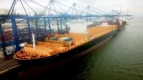 Hải Phòng lần đầu tiên đón tàu container quốc tế tải trọng 132.000 tấn - ảnh 1