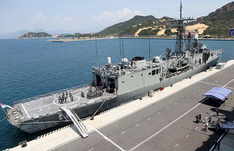 Hai tàu chiến Hải quân Australia cập cảng Cam Ranh - ảnh 2