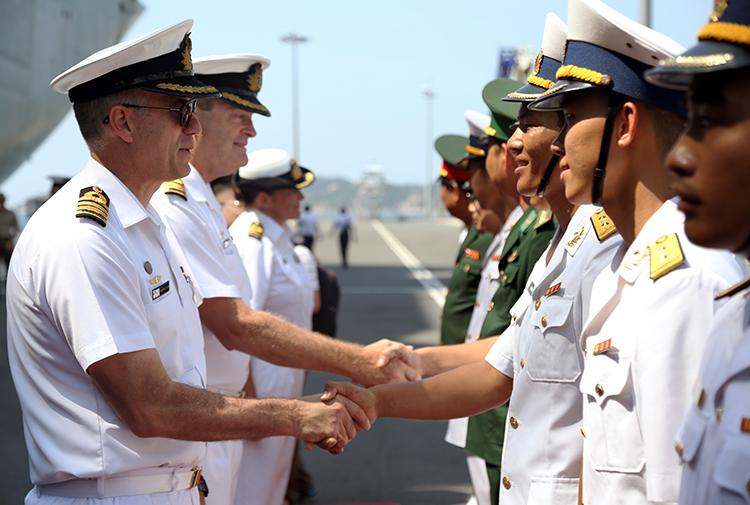 Hai tàu chiến Hải quân Australia cập cảng Cam Ranh - ảnh 4