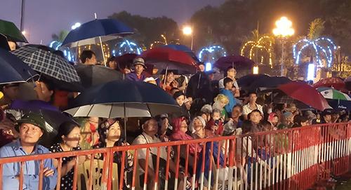 Hàng nghìn người dân đội mưa xem lễ kỷ niệm 990 năm Thanh Hoá. Ảnh: Lê Hoàng.