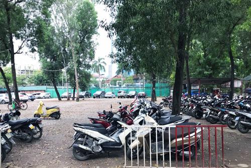 Bãi xe trên mặt đất tại công viên Thủ lệ hiện nay. Ảnh: Võ Hải.