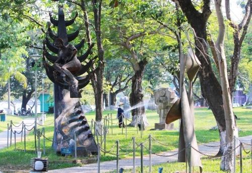 Công viên dọc sông Hương Huế đang là nơi đặt 83 bức tượng. Ảnh: Võ Thạnh