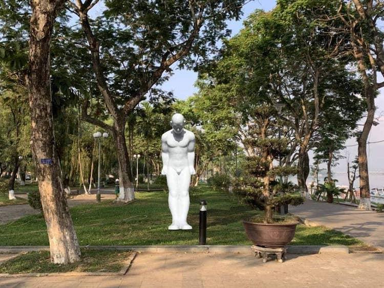 Phối cảnh mặt trước bức tượng Người đàn ông cúi đầu.