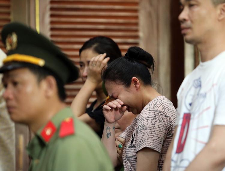 Lê Hương Giang (buộc tóc) bật khóc khi bị đề nghị án tử hình. Ảnh: Thành Nguyễn.