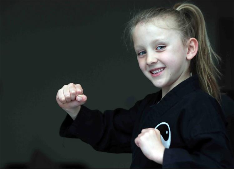 Grace Townsley (Anh) mới chỉ 6 tuổi nhưng là nữ võ sĩ karate đai đen trẻ nhất nước Anh. Ảnh: Simon Greener