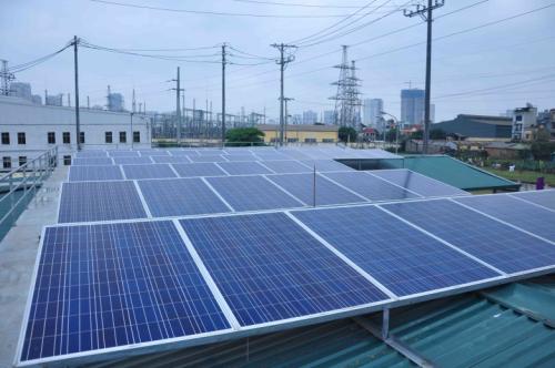 Hệ thống năng lượng mặt trời được lắp đặt trên mái nhà tại Hà Nội