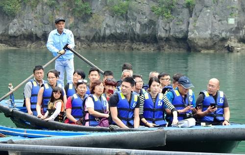 Chiếc thuyền chở quá số người quy định. Các du khách mặc áo phao, nhưng nhân viên tại đâu hầu hết không mặc áo pháo khi chèo thuyền. Ảnh: Minh Cương