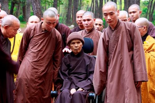 Thiền sư Thích Nhất Hạnh trong ngày trở về chùa Từ Hiếu. Ảnh: Võ Thạnh