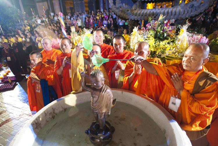 Nghi lễ Tắm Phật tại Vesak 2014 ở Việt Nam. Ảnh: Mai Uyên.